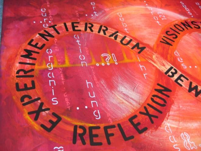 Liegende Acht LILA Management Kresse-Wallner: Acrylbild von Dodo Kresse. Rot-oranger Hintergrund, der gespachtelt wurde. In etwas hellerem Ton ist eine große liegende Acht zu erkennen. In der liegenden Acht steht der TEXT: Experimentierraum, Reflexion, Vision, Bewertung.