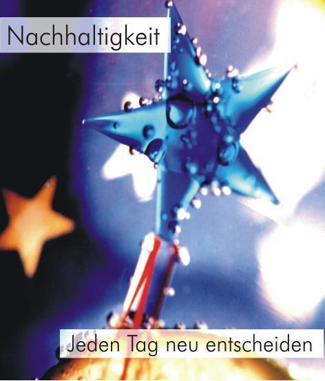 Nachhaltigkeit - Jeden Tag neu entscheiden - Kresse-Wallner: Foto eines blauen Glassternes, der an einem Glasstab befestigt ist. Der Stern ist voller Wassertropfen. Im Hintergrund sieht man leuchtende Sterne. Ein Zusammenhang mit der Fahne der EU ist erkennbar.