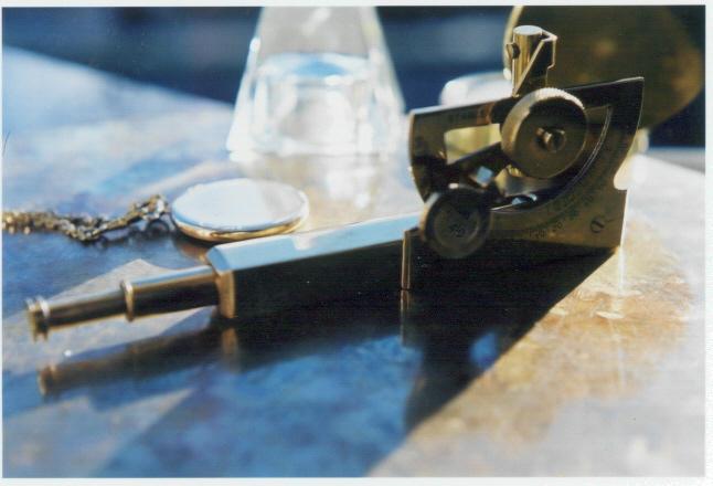 Wege zu einer neuen Wirtschaft - Kresse-Wallner 2010: Foto eines alten kleinen Sextanten auf einer goldenen Tischplatte.
