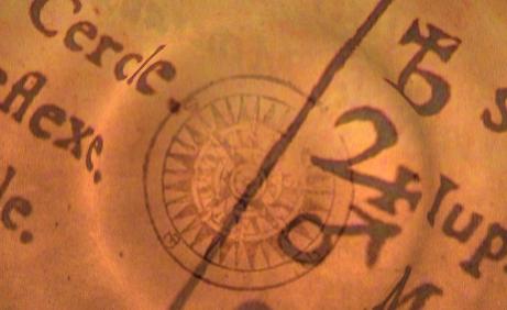 Geheimnisse der Selbstorganisation: ein Deteilbild aus einem sehr alten Buch. Die Seite, von der nur ein Ausschnitt zu sehen ist, wirkt vergilbt. Die Zeichen und Schriften sind sehr alt und wirken mystisch.