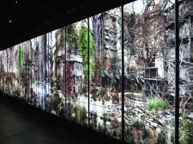 Private Garden - Giacomo Costa: Foto eines Werkes des Künstlers. Es zeigt eine Fotomontage eines alten, verfallenen Gebäudekomplexes, der von der Natur wieder erobert wird.