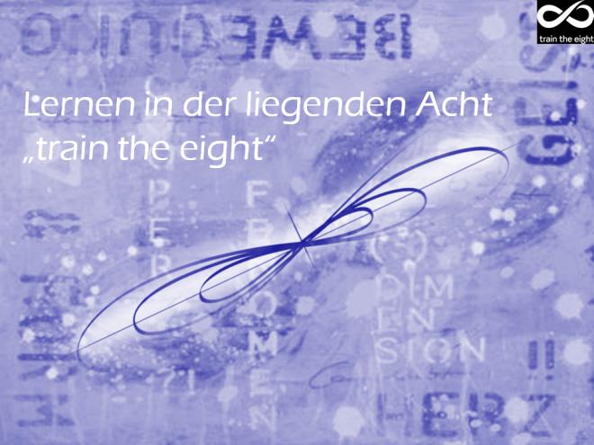 """train the eight: Künstlerisches Bild der """"liegenden Acht"""". Das Bild von Dodo Kresse ist in blau gehalten. Die liegende Acht ist diagonal von links unten nach rechts oben angeordnet. Es sind Texte im Bild. Einer ist in weiß gehalten und gut zu lesen: Lernen in der liegenden Acht """"train the eight""""."""