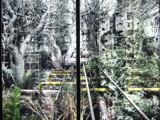 Foto: Werk von Giacomo Costa, Private Garden, fotografiert auf der 53. Biennale in Venedig, 2009: Das Bild zeigt eine alte Industrielandschaft mit vielen Rohren und einigen alten Gebäuden. Das ganze Gelände ist mit Pflanzen vollkommen überwachsen. Die Natur holt sich das Gebiet zurück.