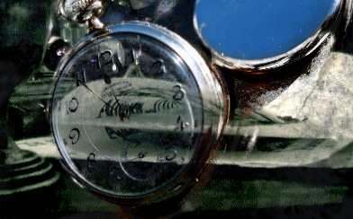 Zeit für die Entwicklung der Gesellschaft: Bild einer alten Taschenuhr aus Gold, deren Ziffernblatt 5 vor 12 zeigt. Im Hintergrund sind alte Papiere und andere Elemente zu sehen.