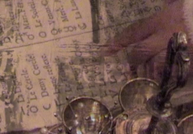 Zauberformel für den Erfolg - persönliche Entwicklung: EinFoto, dass einen sehr alten Text mit vielen Symbolen zeigt. Zu sehen ist ein antiker Gegenstand mit einigen kleinen Gefäßen. Weiters ist verschwommen eine Hand zu sehen. Das gesamte Bild wirkt mystisch.