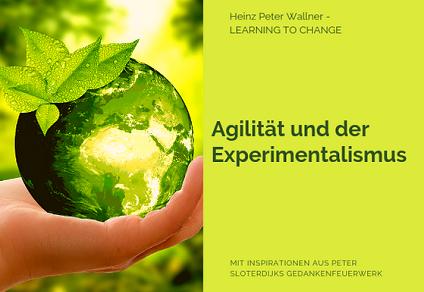"""Das Bild ist in zwei Hälften geteilt. Die linke Bildhälfte zeigt ein Bild einer kleinen Weltkugel, die von einer Hand gehalten wird. Der Globus ist grün mit Blättern und erinnert an eine Zitrone. Der Hintergrund ist ebenso gelb-grün. Die rechte Bildhälfte zeigt eine hellgrüne Fläche mit dem dunkelgrünen Text: """"Agilität und Experimentalismus"""". Zusätzlich der Name des Autors Dr. Heinz Peter Wallner und der Slogan: Learning to change. Weiteres der Hinweis auf die Quelle: Mit Inspirationen aus Peter Sloterdijks Gedankenfeuerwerk."""