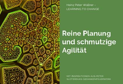 """Das Bild ist in zwei Hälften geteilt. Die linke Bildhälfte zeigt ein Bild eines komplexen Systems. Es dürfte sich dabei um ein pflanzliches Zellsystem handeln, das im Querschnitt vergrößert gezeigt wird. Die rechte Bildhälfte zeigt eine grüne Fläche mit dem weißen Text: """"Reine Planung und Schmutzige Agilität"""". Zusätzlich der Name des Autors Dr. Heinz Peter Wallner und der Slogan: Learning to change. Weiteres der Hinweis auf die Quelle: Mit Inspirationen aus Peter Sloterdijks Gedankenfeuerwerk."""