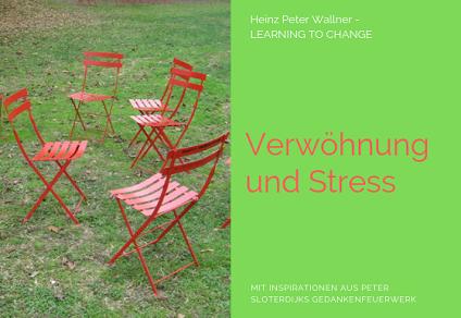 """Das Bild ist in zwei Hälften geteilt. Die linke Bildhälfte zeigt ein Foto von einigen roten Klappsesseln, die im Kreis auf einer Wiese aufgestellt sind. Der Sesselkreis ist nicht mehr geordnet, was darauf hinweist, dass die Menschen den Kreis verlassen haben. Die rechte Bildhälfte zeigt eine hellgrüne Fläche mit dem roten Text: """"Verwöhnung und Stress"""". Zusätzlich der Name des Autors Dr. Heinz Peter Wallner und der Slogan: Learning to change. Weiteres der Hinweis auf die Quelle: Mit Inspirationen aus Peter Sloterdijks Gedankenfeuerwerk."""
