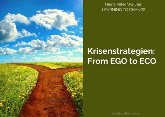 Das Bild ist in zwei Hälften geteilt. Links wird ein Deposit-Foto gezeigt, das eine Weggabelung zeigt. Es muss eine Entscheidung getroffen werden. Rechts ist ein grünes Feld mit dem Text: Krisenstrategien – From EGO to ECO.