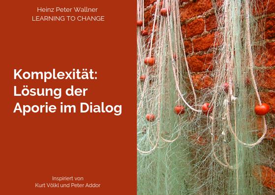 """Das Bild ist in zwei Hälften geteilt. Die rechte Bildhälfte zeigt ein Foto einer rohen, roten Ziegelwand mit alten Ziegelsteinen. Darüber ist ein Fischernetz aufgehängt. Das Netz ist durch ein weißes Seil zusammengehalten. Am Seil hängen orange-rote kleine Schwimmbälle. Die linke Bildhälfte zeigt eine rote Fläche mit dem weißen Text: """"Komplexität: Lösung der Aporie im Dialog"""". Zusätzlich der Name des Autors Dr. Heinz Peter Wallner und der Slogan: Learning to change."""