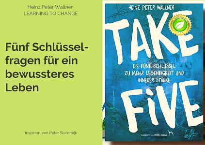 """Das Bild zeigt auf der rechten Seite das Cover des Buches TAKE FIVE. Auf der linken Seite steht der Text """"Fünf Schlüsselfragen für ein bewussteres Leben"""" auf grünem Untergrund."""