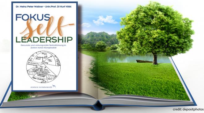 Werbefoto für das Buch Fokus Selfleadership – Gesunde und wirkungsvolle Selbstführung in Zeiten hoher Komplexität – von Heinz Peter Wallner und Kurt Völkl. Das Foto zeigt das Buchcover und einen Baum auf einer Wiese als Hintergrund.